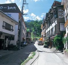燕温泉の温泉街